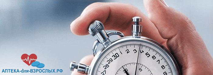 Мужская рука держит часы