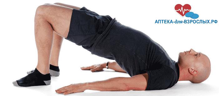 Мужчина делает упражнения от преждевременного семяизвержения