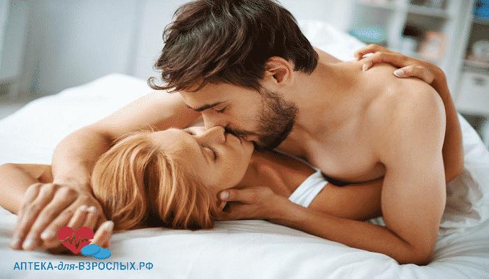 Бородатый мужчина в постели с девушкой под действием Эректовита
