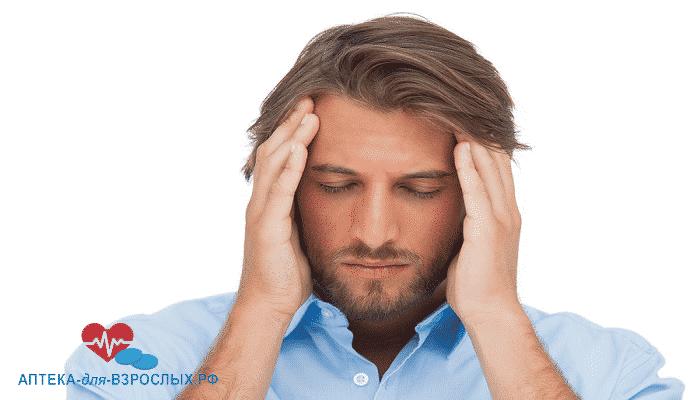 Бородатый мужчина испытывает головные боли от аллергии на состав добавки