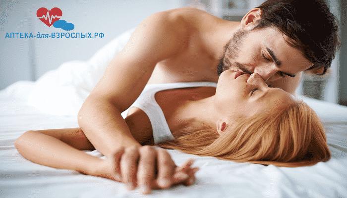 Брюнет страстно целует блондинку благодаря Спрею Студ 5000