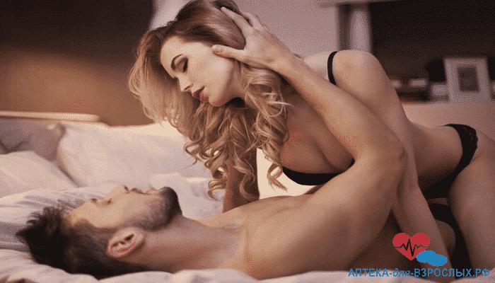 Возбужденная пара на кровати под действием Эротона