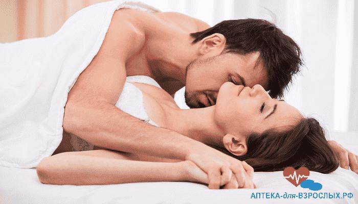 Возбужденный мужчина в постели с девушкой под действием Капсул Саймы