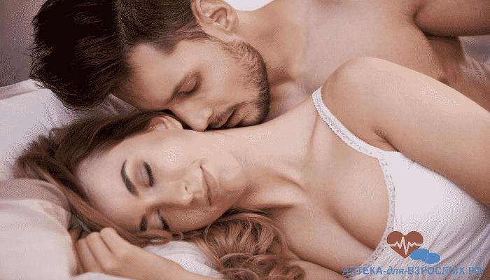 Возбужденный мужчина в постели с женщиной под действием Красного корня