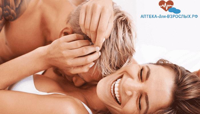 Возбужденный мужчина с улыбающейся девушкой под действием Динамико