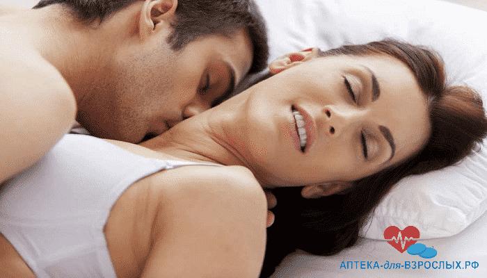 Возбужденный мужчина целует девушку в шею под действием Секрет Императора