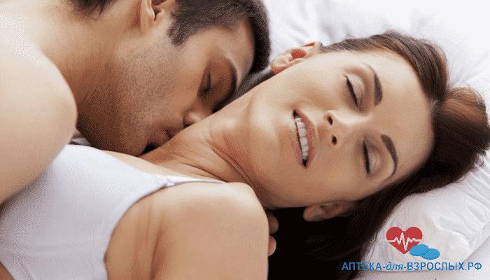 Возбужденный мужчина целует девушку в шею под действием Super Zhewitra