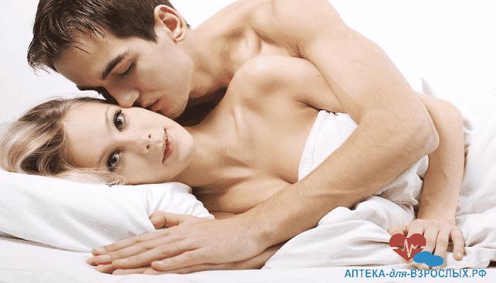 Возбужденный парень в постели с блондинкой под действием Конегры