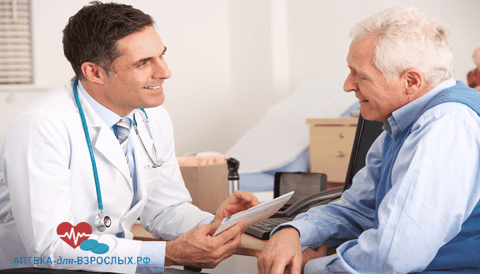 Врач общается с пожилым мужчиной