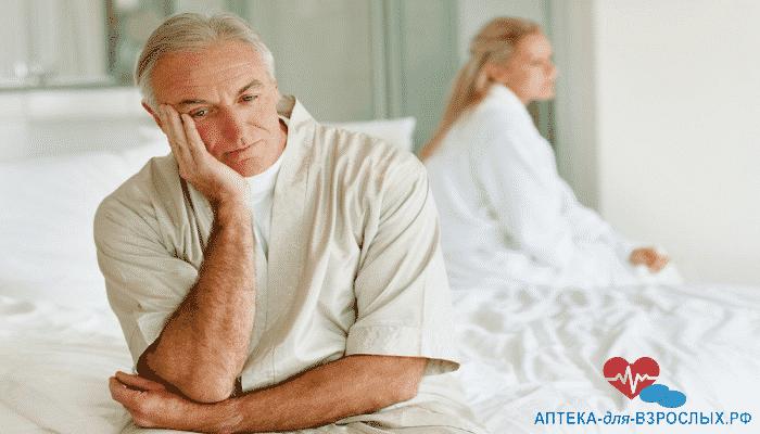 Грустная пожилая пара на кровати