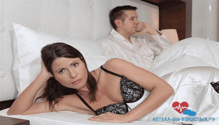 Грустные женщина и мужчина в постели