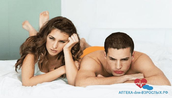 Грустные мужчина и женщина на кровати