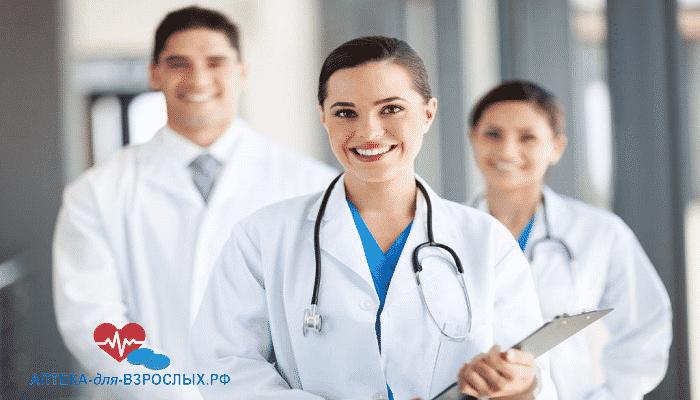 Девушка-врач вместе со своими коллегами