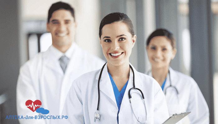 Фото девушка-врач в двумя коллегами