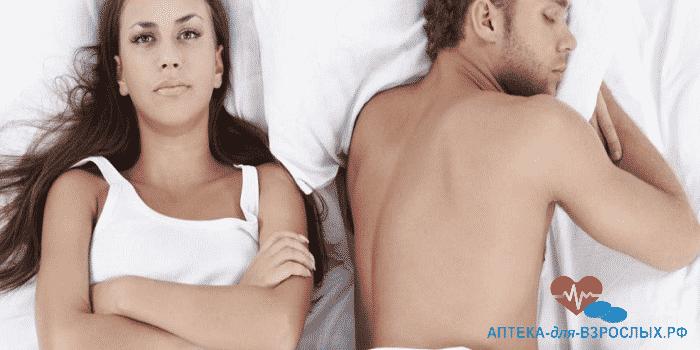 Девушка и мужчина отвернулись друг от друга