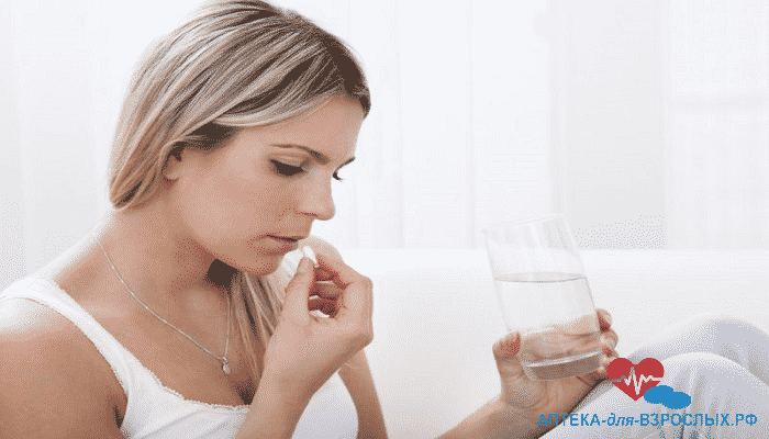 Девушка с таблеткой и стаканом воды