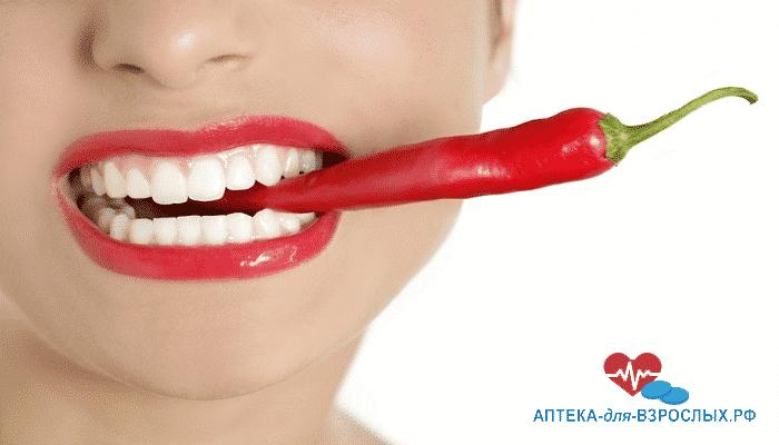 Женский рот и красный перец