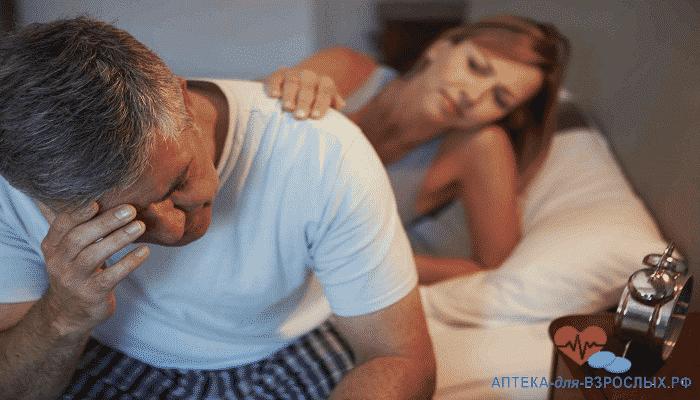 Женщина поддерживает грустного седоволосого мужчину