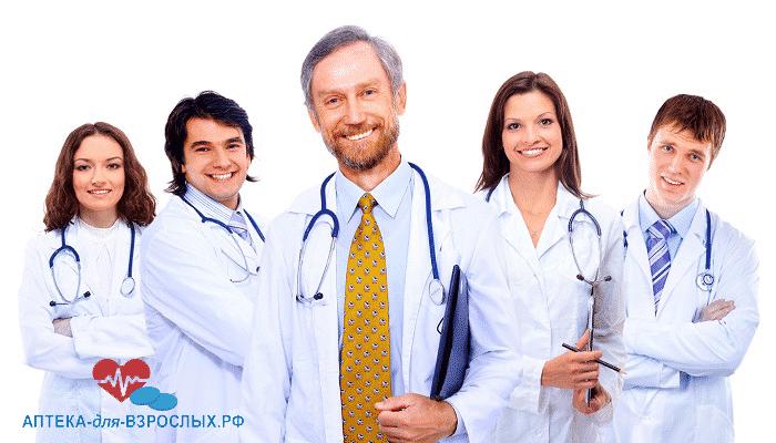 Команда врачей в белых халатах