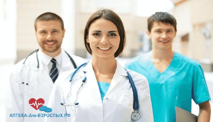 Команда улыбающихся молодых врачей