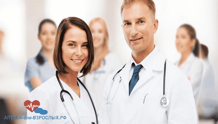 Молодые врачи в белых халатах