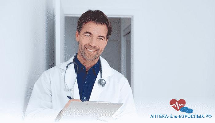 Фото мужчина-врач записывает диагноз