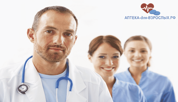 Мужчина-врач и молодые помощницы