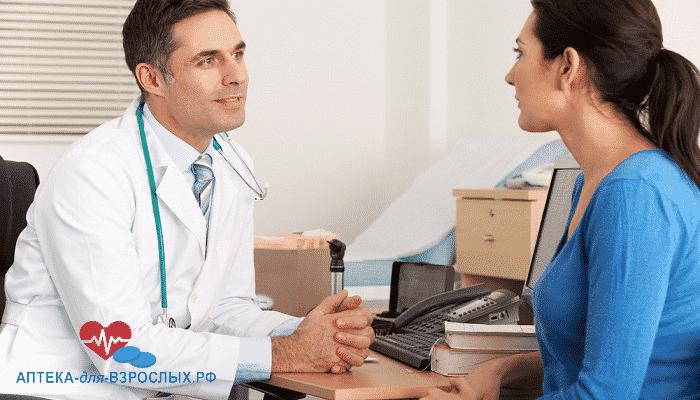 Фото мужчина-врач общается с женщиной