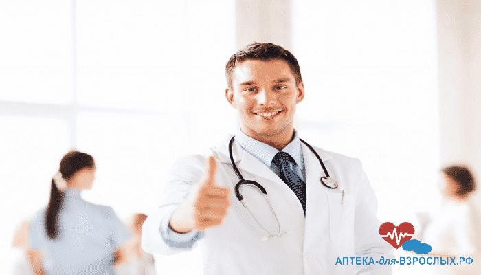 Мужчина-врач показывает большой палец вверх