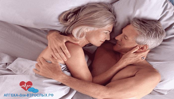 Мужчина в возрасте в постели с женщиной под действием Эромакс