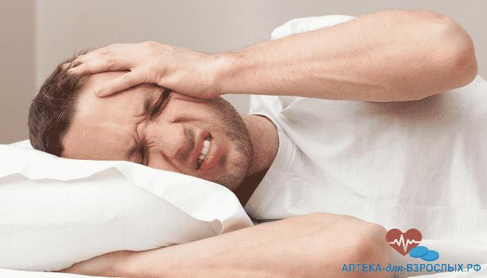 Мужчина держится за больную голову из-за передозировки добавкой