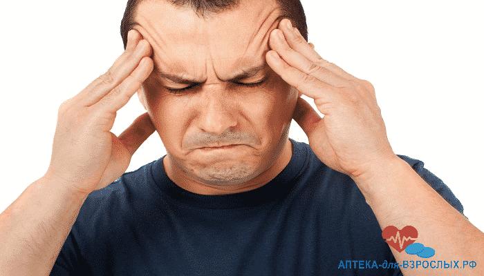 Мужчина держится руками за голову из-за передозировки препаратом
