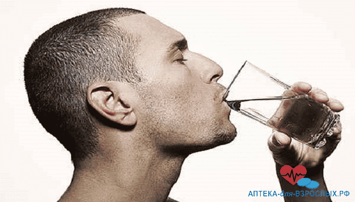 Мужчина жадно пьет воду