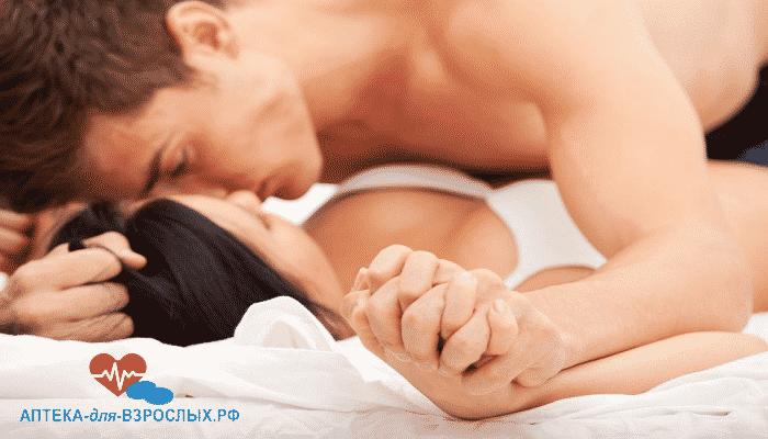 Мужчина занимается любовью с девушкой под действием Варденафила