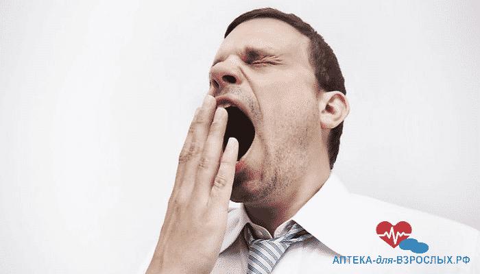 Сонливость мужчины из-за передозировки добавки