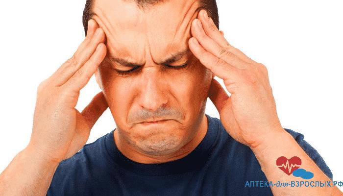Мужчина испытывает головные боли