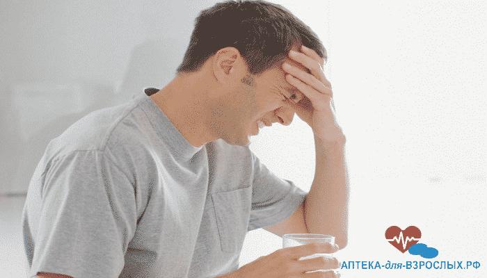 Мужчина испытывает головные боли из-за неправильного использования Конегры