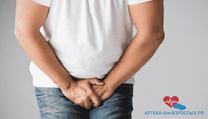Мужчина испытывает дискомфорт в паховой области из-за аллергии на компоненты крема