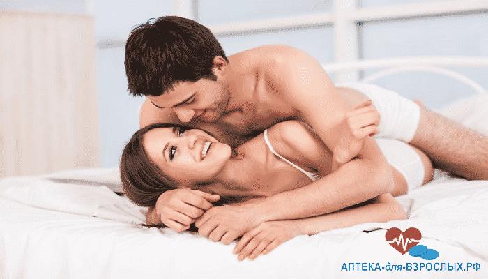 Мужчина лежит на девушке под действием Торнетиса