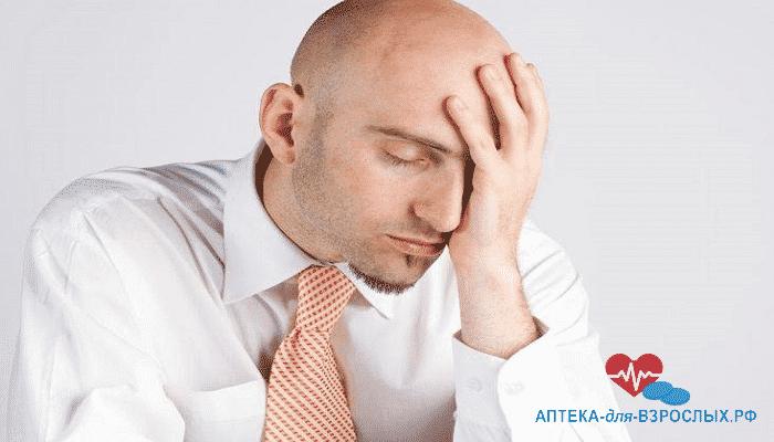 Мужчина ощущает дискомфорт от аллергии на компоненты препарата
