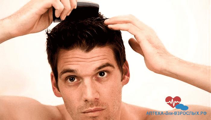 Мужчина причесывает густые волосы - эффект от Пропеции