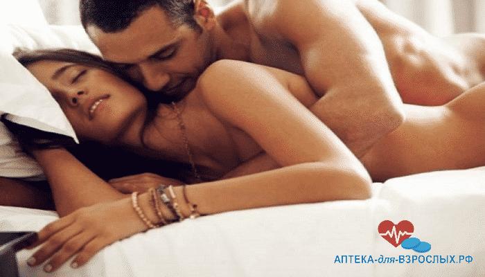 мужчина страстно обнимает девушку под действием Тонгкат Али Платинум