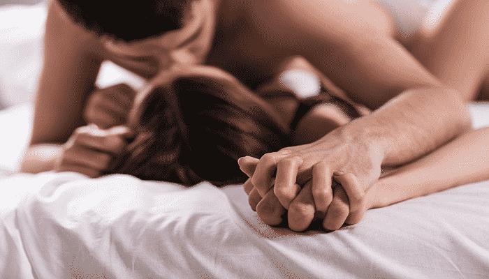 Мужчина страстно целует девушку под действием добавки Ловелас Форте