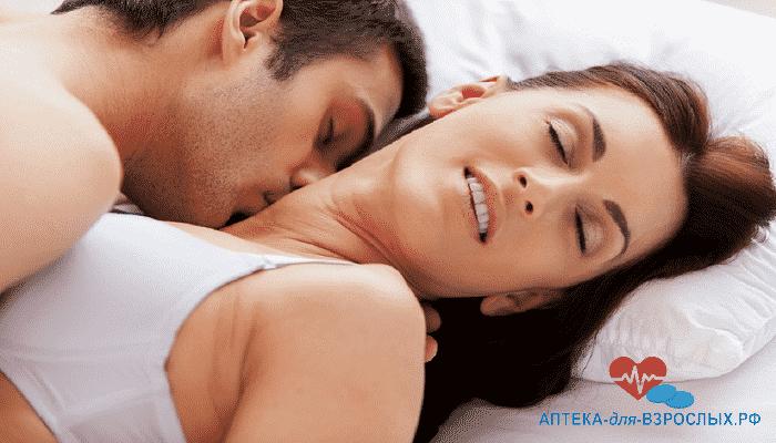 Мужчина с женщиной в постели под действием Камагра Геля