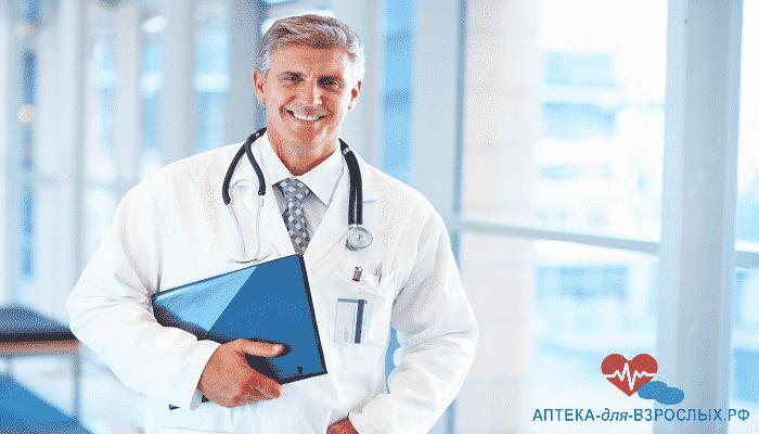 Опытный врач с папкой в руках