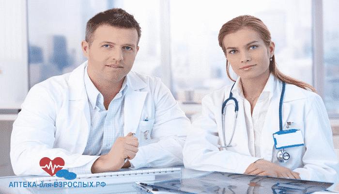 Пара молодых врачей за столом