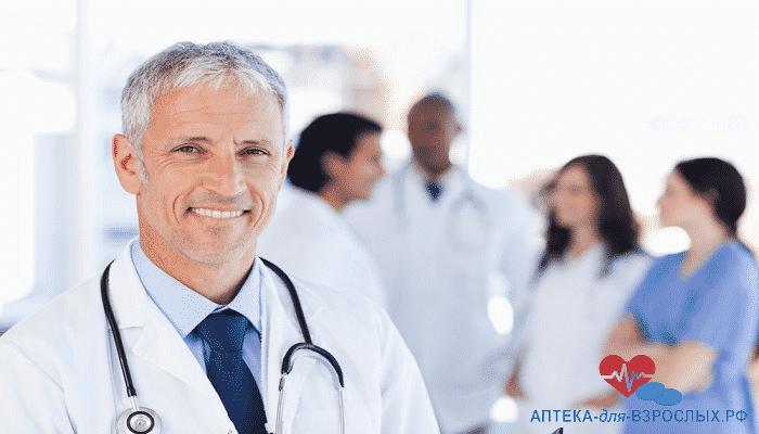Седоволосый врач вместе с коллегами