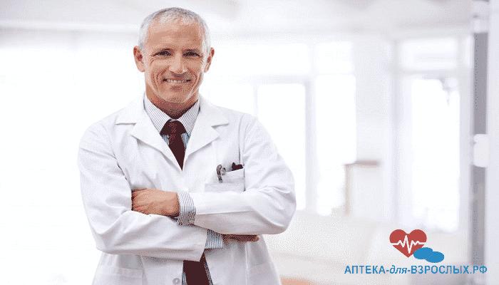 Седоволосый врач в белом халате