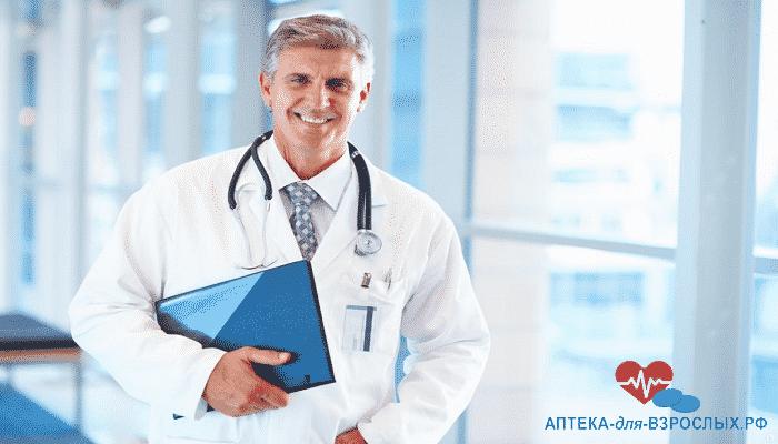 Седоволосый врач с синей папкой