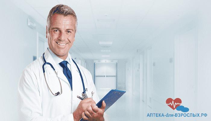 Седоволосый доктор записывает жалобы пациента